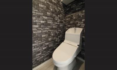 ブラックフレーム建具×足場板×タイル。ホワイトなポップ空間 (トイレ)
