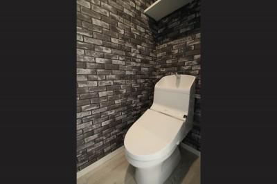 トイレ (ブラックフレーム建具×足場板×タイル。ホワイトなポップ空間)