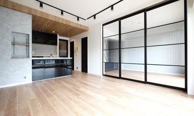 光を通すガラス引き戸の部屋