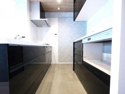 キッチン (光を通すガラス引き戸の部屋)