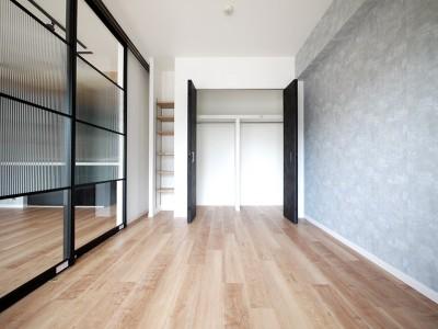 洋室 (光を通すガラス引き戸の部屋)