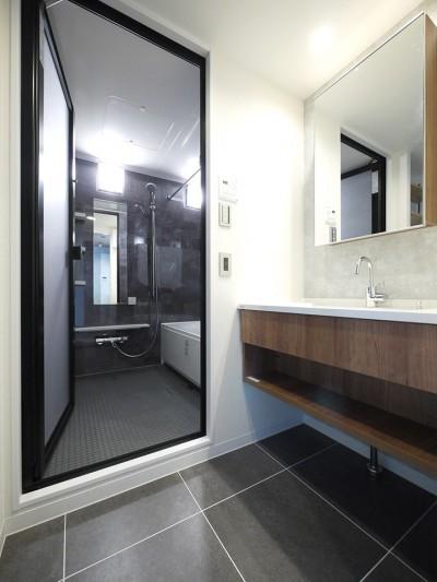 洗面・バスルーム (光を通すガラス引き戸の部屋)