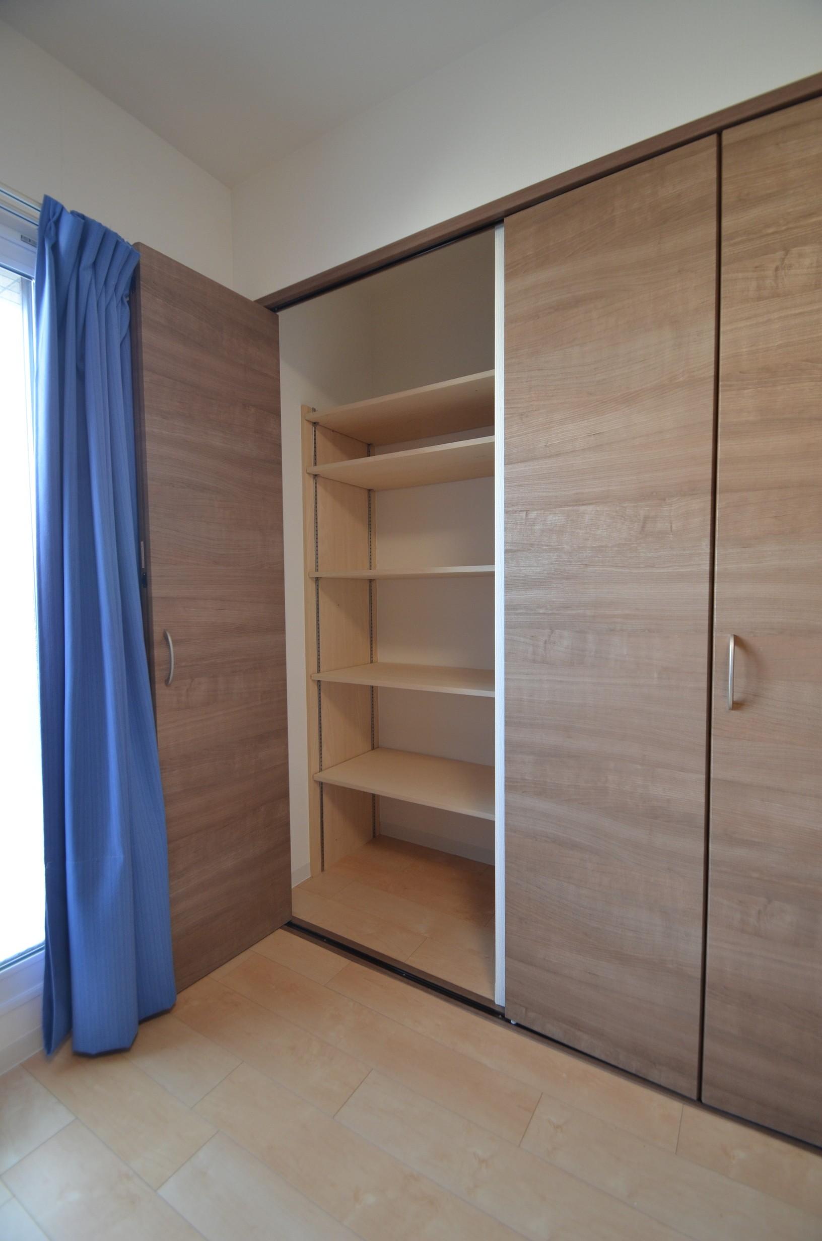 収納事例:主寝室クローゼット(明るく過ごせる終の棲家)