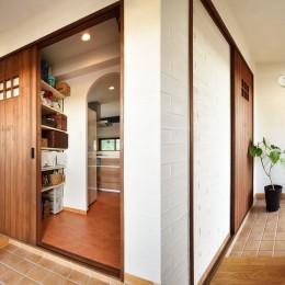 4LDKから2LDKリフォームでのびのび楽しく過ごせる家に (玄関から直接繋がるキッチンのパントリー)