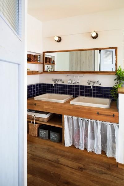 レトロでお洒落な洗面コーナー (4LDKから2LDKリフォームでのびのび楽しく過ごせる家に)