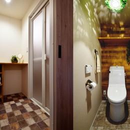 4LDKから2LDKリフォームでのびのび楽しく過ごせる家に (マニッシュな装いの脱衣室・トイレ)