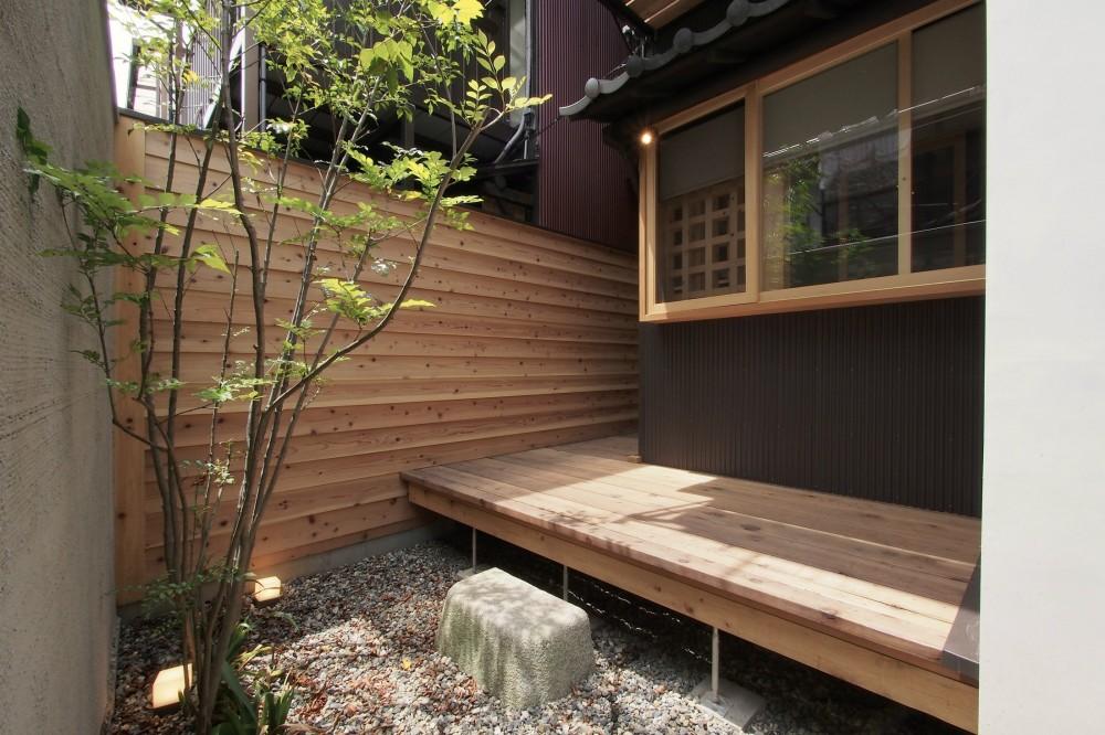 突抜の町家/素材の質感 京町家リノベーション (庭・縁側デッキ)