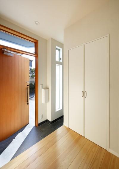 エントランス (中庭のある無垢な珪藻土の家 – 共働き世帯の家事効率を練りに練ったプラン –)
