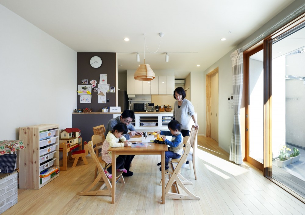 中庭のある無垢な珪藻土の家 – 共働き世帯の家事効率を練りに練ったプラン – (ダイニングとキッチン)