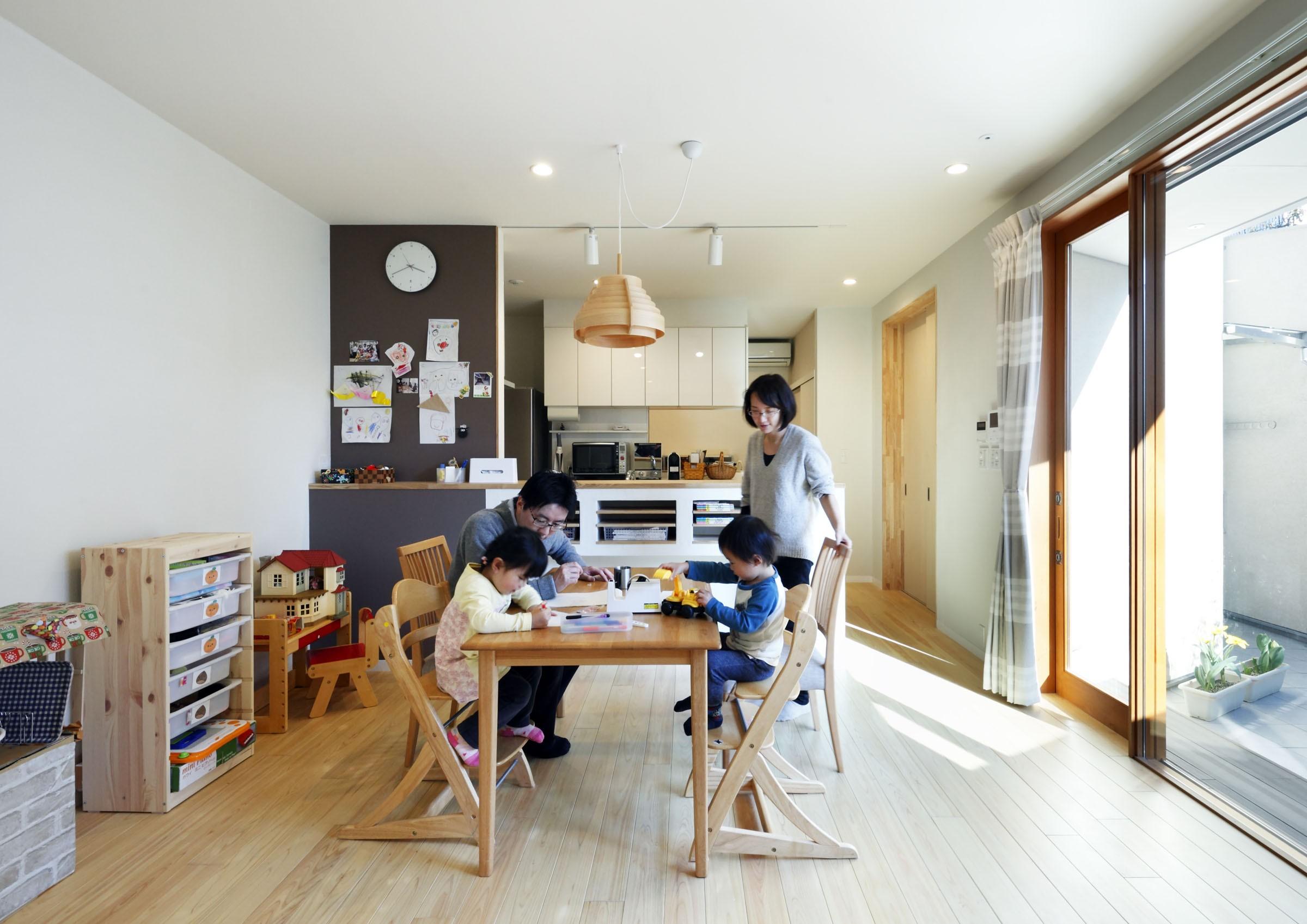 リビングダイニング事例:ダイニングとキッチン(中庭のある無垢な珪藻土の家 – 共働き世帯の家事効率を練りに練ったプラン –)