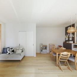中庭のある無垢な珪藻土の家 – 共働き世帯の家事効率を練りに練ったプラン – (ヒノキのフローリング リビングダイビング)
