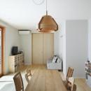 中庭のある無垢な珪藻土の家 – 共働き世帯の家事効率を練りに練ったプラン –の写真 リビングダイニング 照らすと一体。サッシも木材。自然素材の家