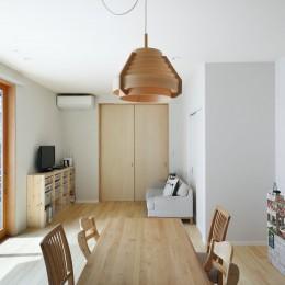 中庭のある無垢な珪藻土の家 – 共働き世帯の家事効率を練りに練ったプラン – (リビングダイニング 照らすと一体。サッシも木材。自然素材の家)