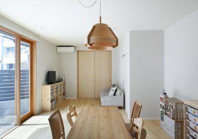 リビングダイニング 照らすと一体。サッシも木材。自然素材の家 (中庭のある無垢な珪藻土の家 – 共働き世帯の家事効率を練りに練ったプラン –)