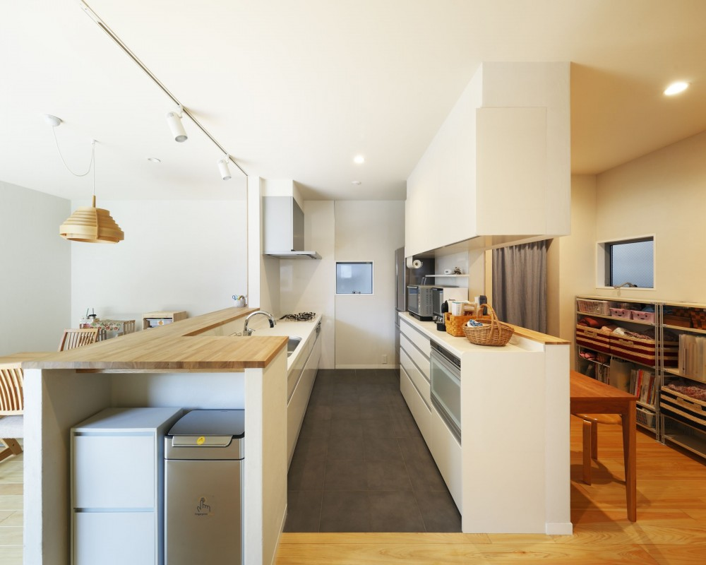 中庭のある無垢な珪藻土の家 – 共働き世帯の家事効率を練りに練ったプラン – (キッチンとワークスペース)