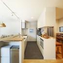 中庭のある無垢な珪藻土の家 – 共働き世帯の家事効率を練りに練ったプラン –の写真 キッチンとワークスペース
