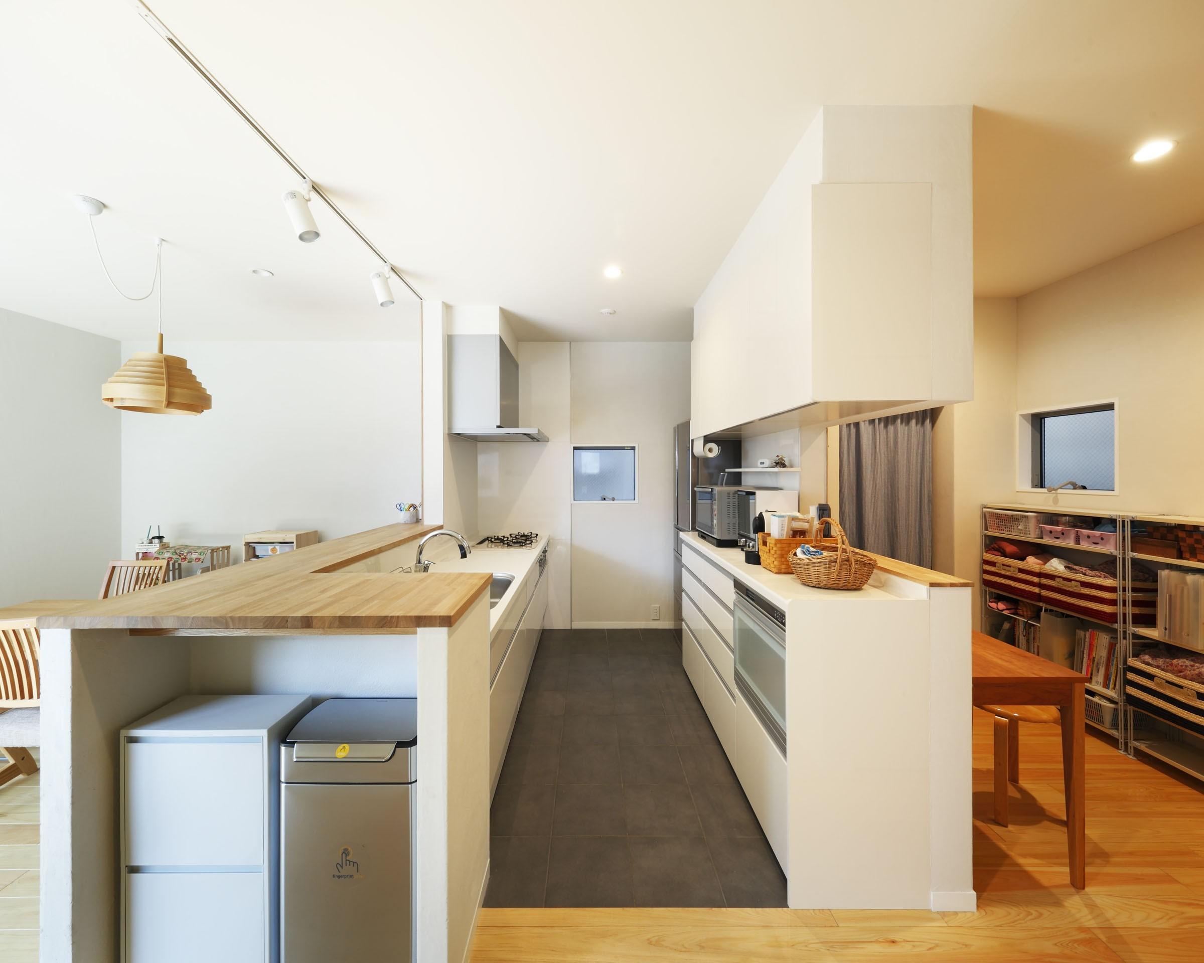 キッチン事例:キッチンとワークスペース(中庭のある無垢な珪藻土の家 – 共働き世帯の家事効率を練りに練ったプラン –)