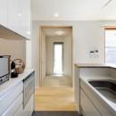 中庭のある無垢な珪藻土の家 – 共働き世帯の家事効率を練りに練ったプラン –の写真 キッチン横の多用途な和室