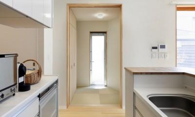 中庭のある無垢な珪藻土の家 – 共働き世帯の家事効率を練りに練ったプラン – (キッチン横の多用途な和室)