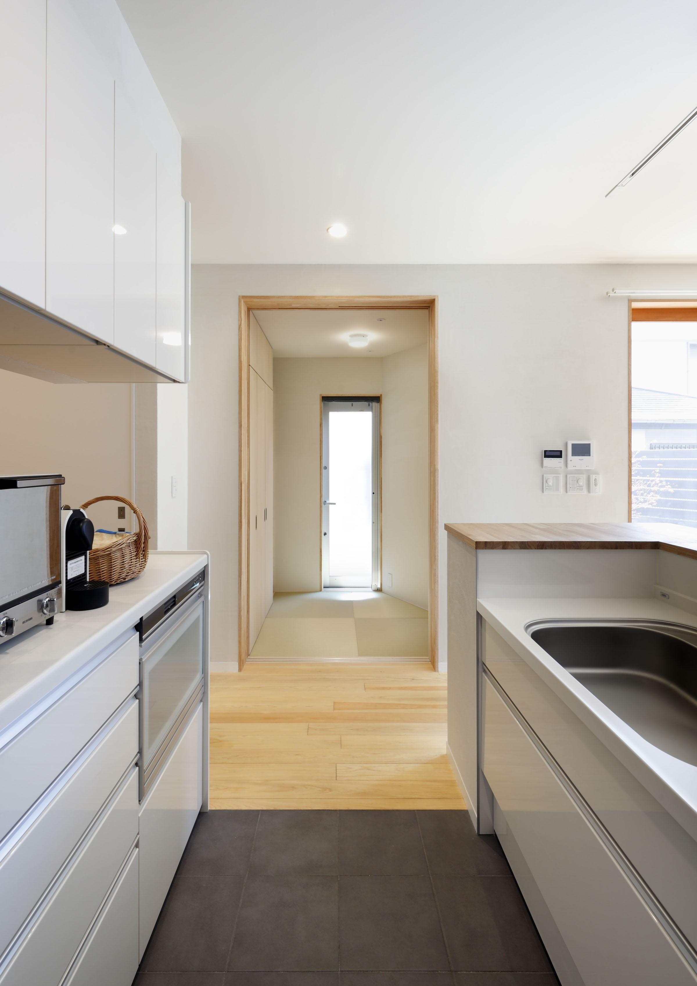 その他事例:キッチン横の多用途な和室(中庭のある無垢な珪藻土の家 – 共働き世帯の家事効率を練りに練ったプラン –)
