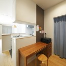 中庭のある無垢な珪藻土の家 – 共働き世帯の家事効率を練りに練ったプラン –の写真 キッチン裏のワークスペース