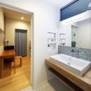 中庭のある無垢な珪藻土の家 – 共働き世帯の家事効率を練りに練ったプラン –の写真 家事スペースに隣接する洗面所