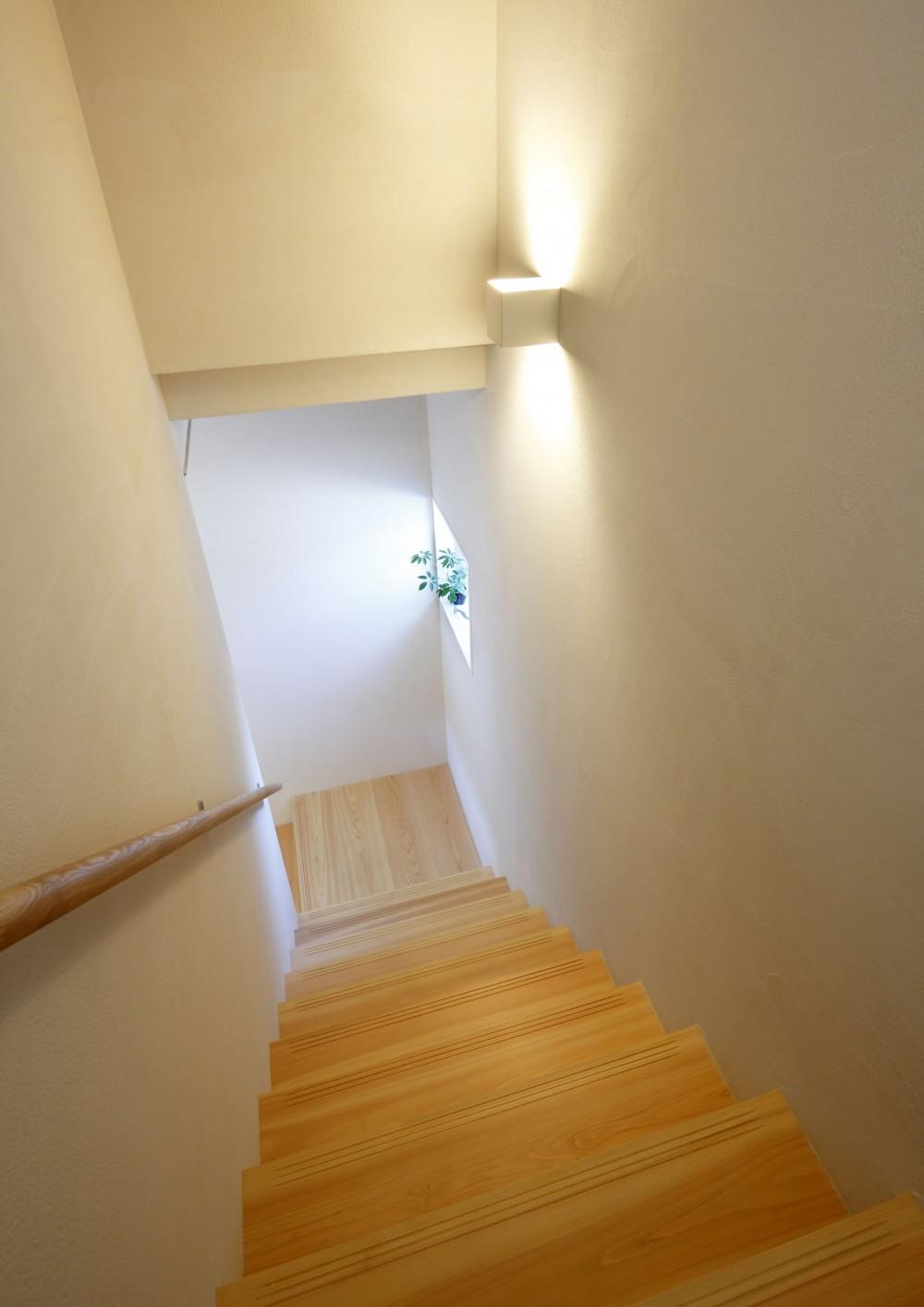 中庭のある無垢な珪藻土の家 – 共働き世帯の家事効率を練りに練ったプラン – (階段)