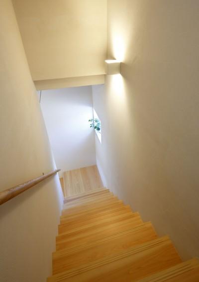 階段 (中庭のある無垢な珪藻土の家 – 共働き世帯の家事効率を練りに練ったプラン –)