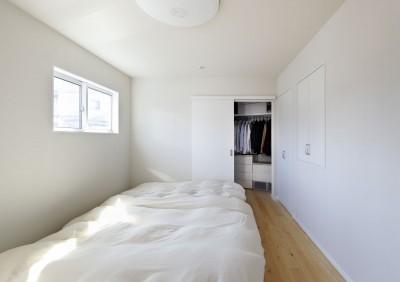 寝室とクローゼット (中庭のある無垢な珪藻土の家 – 共働き世帯の家事効率を練りに練ったプラン –)