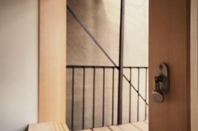 窓 (突抜の町家/素材の質感 京町家リノベーション)
