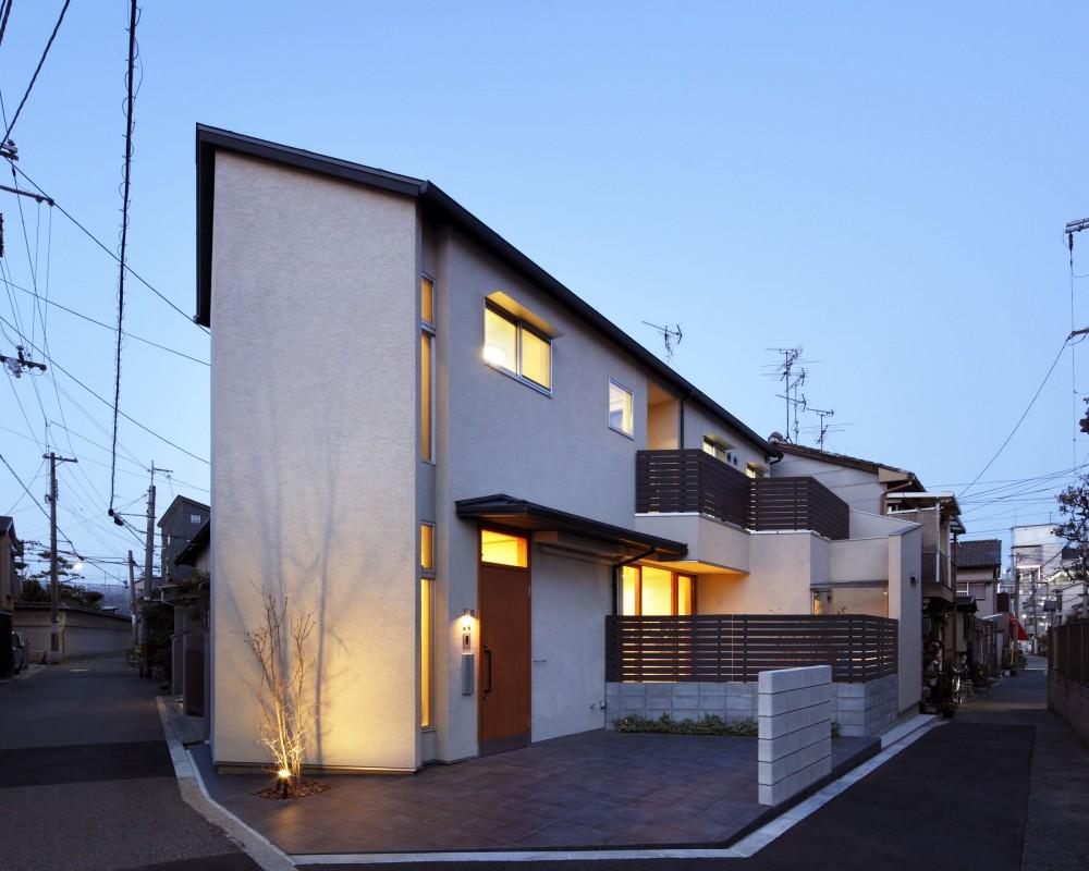 夕景 外観 (中庭のある無垢な珪藻土の家 – 共働き世帯の家事効率を練りに練ったプラン –)