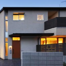 中庭のある無垢な珪藻土の家 – 共働き世帯の家事効率を練りに練ったプラン – (夕景 外観)