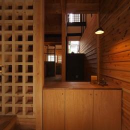 突抜の町家/素材の質感 京町家リノベーション (玄関/LDK)