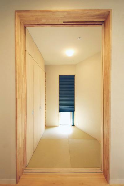 多用途な和室 (中庭のある無垢な珪藻土の家 – 共働き世帯の家事効率を練りに練ったプラン –)