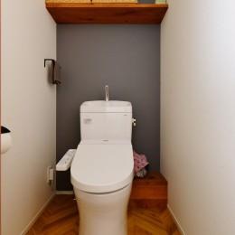 Y邸_ヘリンボーンを壁に!リノベの醍醐味を満喫 (トイレ)