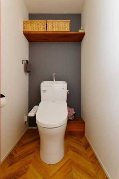 トイレ (Y邸_ヘリンボーンを壁に!リノベの醍醐味を満喫)
