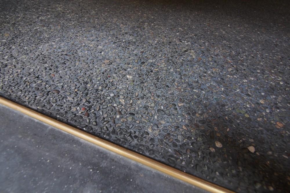 突抜の町家/素材の質感 京町家リノベーション (土間/洗い出し)