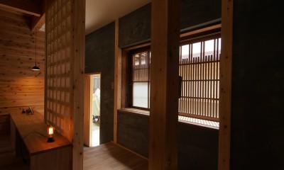 突抜の町家/素材の質感 京町家リノベーション (玄関)