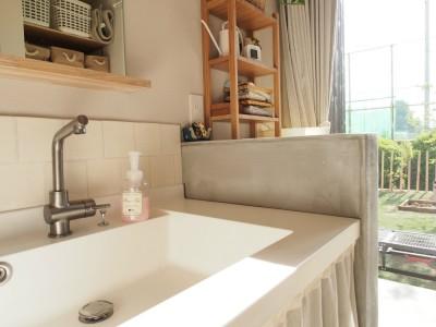 洗面室 / 庭 (橿原の住宅)