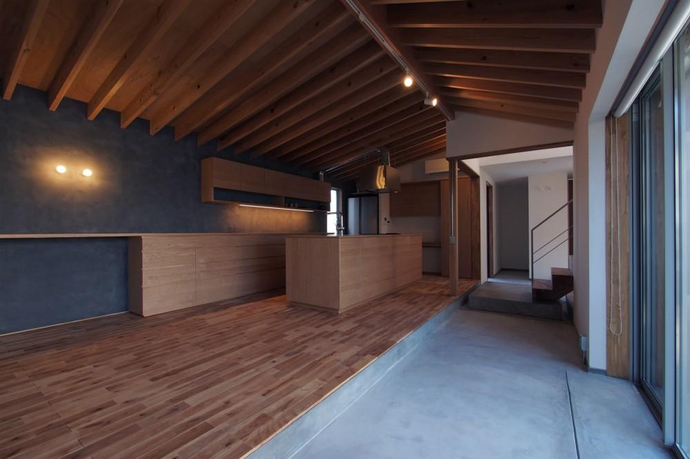 橋本の住宅 / 土間と縁側 (ダイニング / キッチン / 土間)