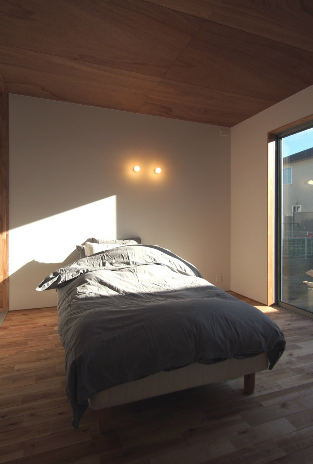 橋本の住宅 / 土間と縁側 (寝室)