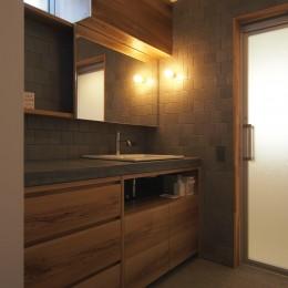 橋本の住宅 / 土間と縁側 (洗面脱衣室)