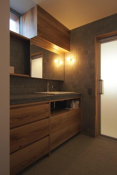 洗面脱衣室 (橋本の住宅 / 土間と縁側)