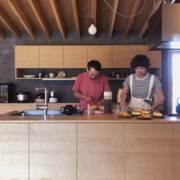 橋本の住宅 / 土間と縁側 (キッチン)
