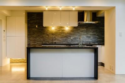 キッチン (ダイナミックな吹き抜けを最大限に生かした上質で繊細なインダストリアルの空間)