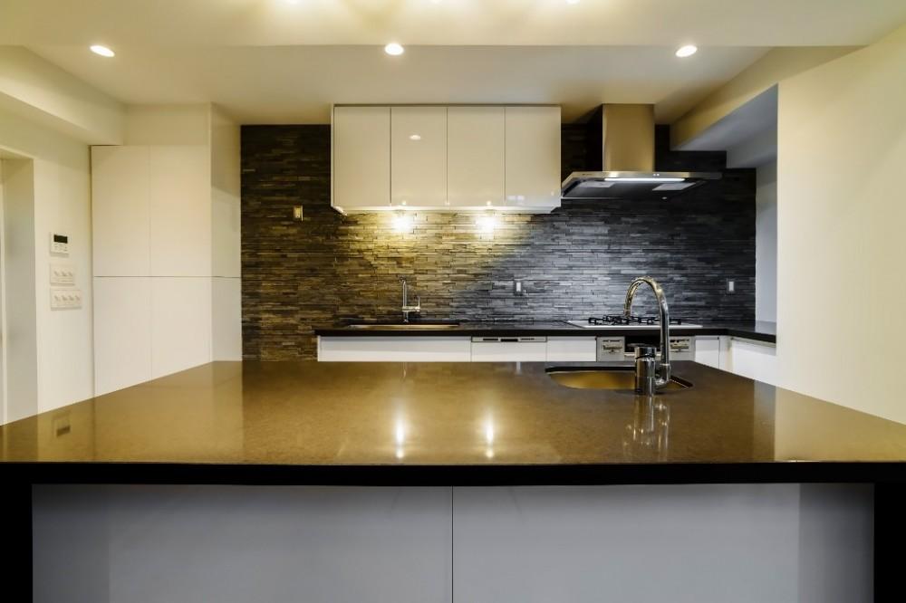 ダイナミックな吹き抜けを最大限に生かした上質で繊細なインダストリアルの空間 (キッチン)