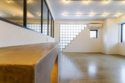 オフィス (ダイナミックな吹き抜けを最大限に生かした上質で繊細なインダストリアルの空間)