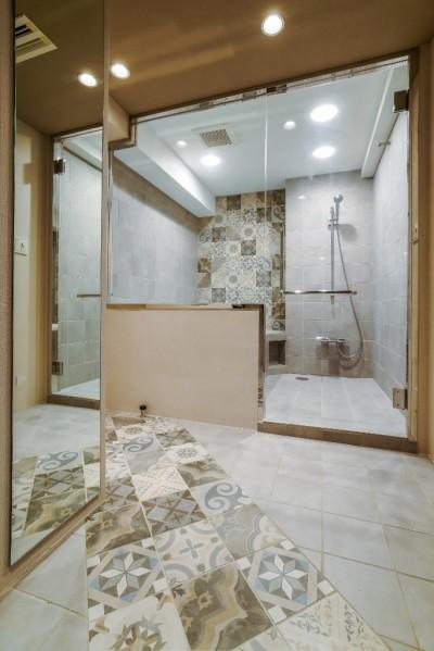 バスルーム (ダイナミックな吹き抜けを最大限に生かした上質で繊細なインダストリアルの空間)