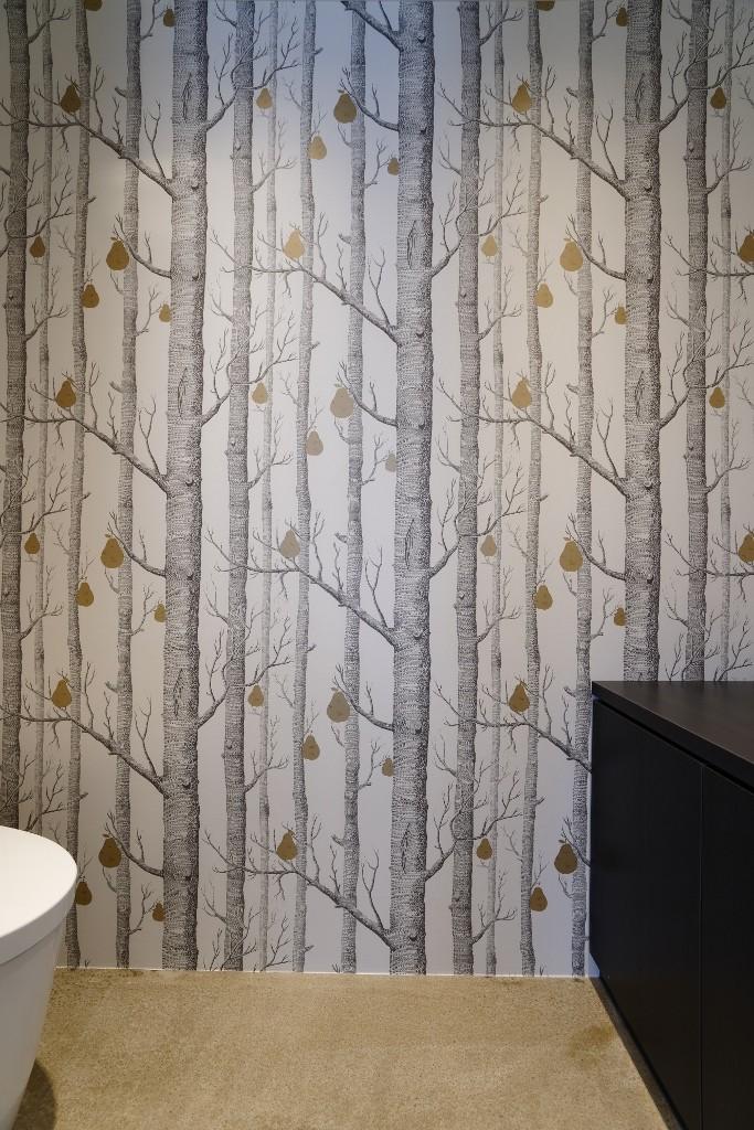 ダイナミックな吹き抜けを最大限に生かした上質で繊細なインダストリアルの空間 (トイレ)