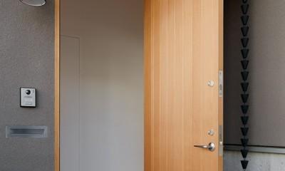 周囲に閉じて内部に開く傾斜地の家 (玄関ポーチ)